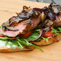 Steak sandwich med salat og aioli